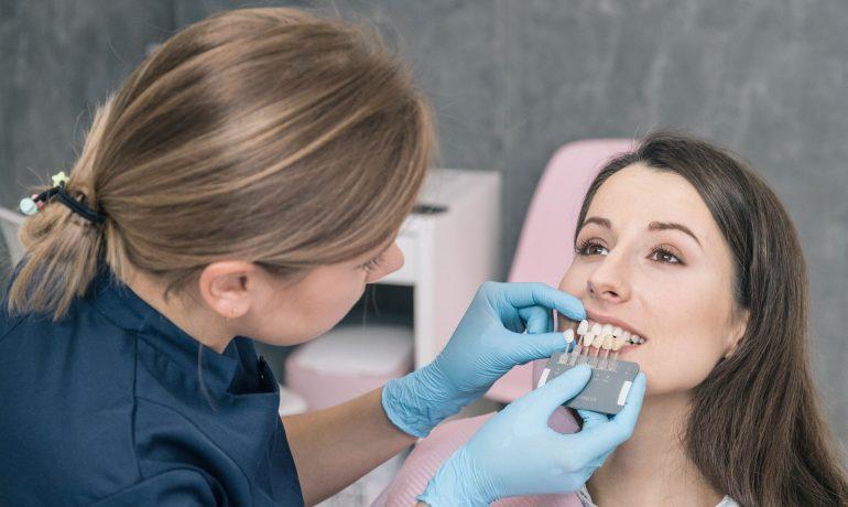 Wybielanie czy licówki - co radzą dentyści?