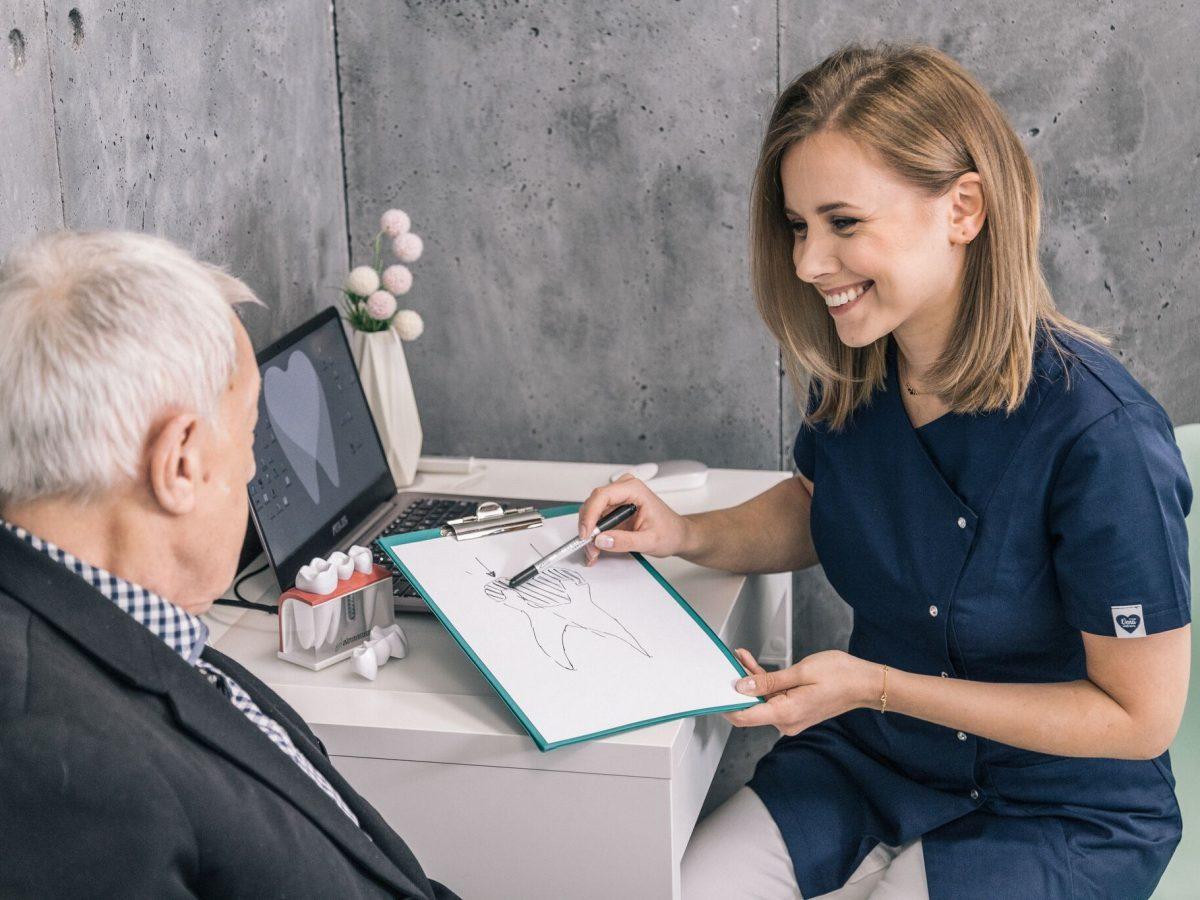 Implant czy most protetyczny? Porównanie metod uzupełnienia braków zębowych