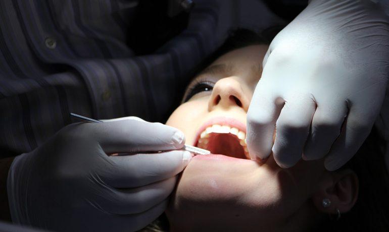 Implantologia zębów i korzyści z niej płynące