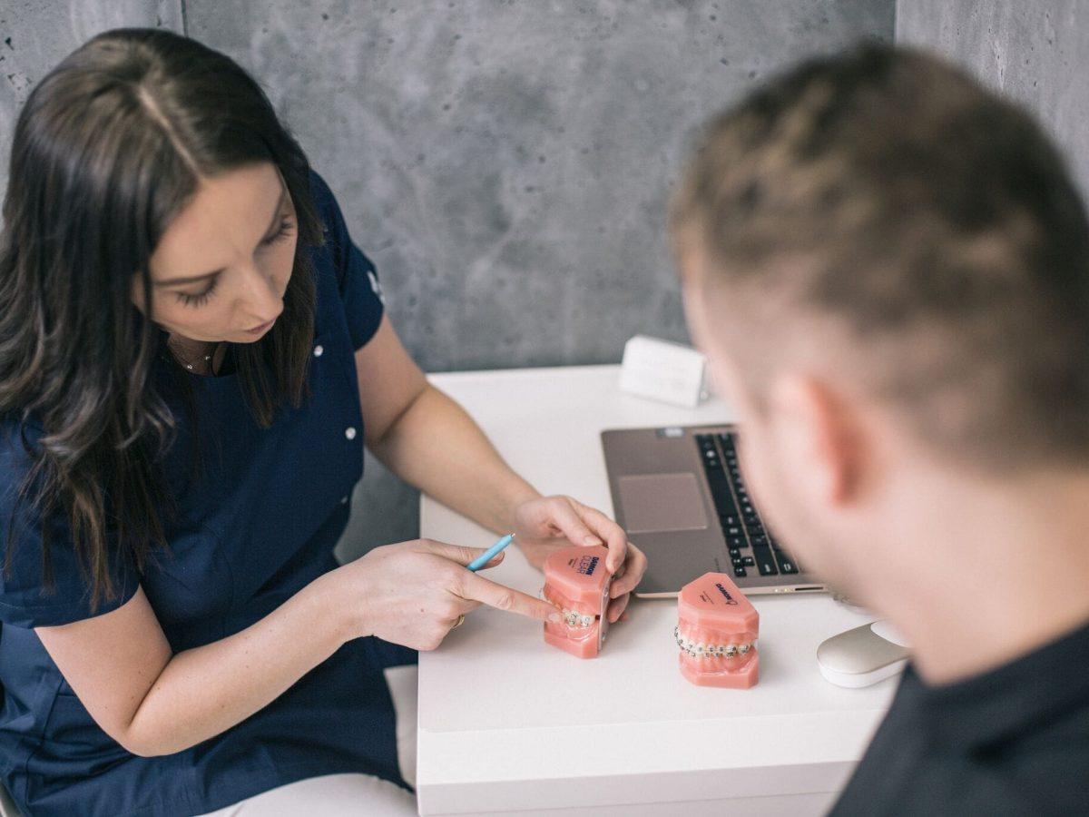 Awaria aparatu ortodontycznego. Jak jej unikać i jak dbać o aparat w czasie epidemii koronawirusa?