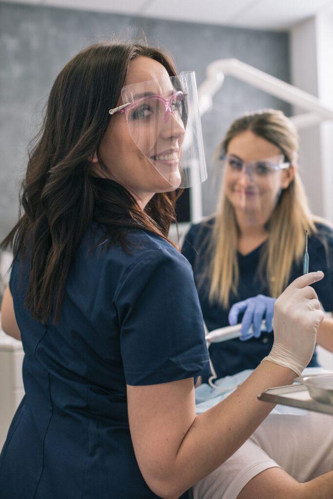 leczenie stomatologiczne ortodontka Stomo Clinic Wrocław przy pracy