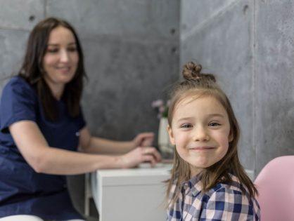 Ortodonta dziecięcy we Wrocławiu. Kiedy iść z dzieckiem na pierwszą wizytę?