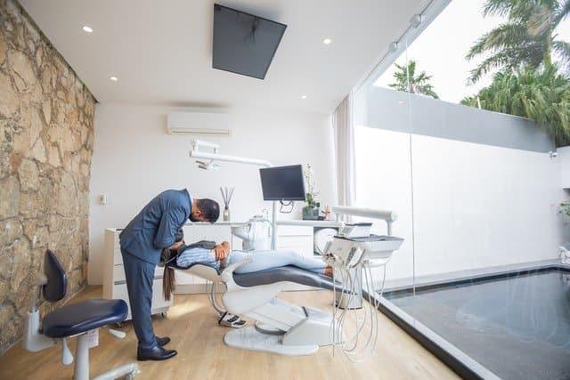 Jak dentysta leczy próchnicę?